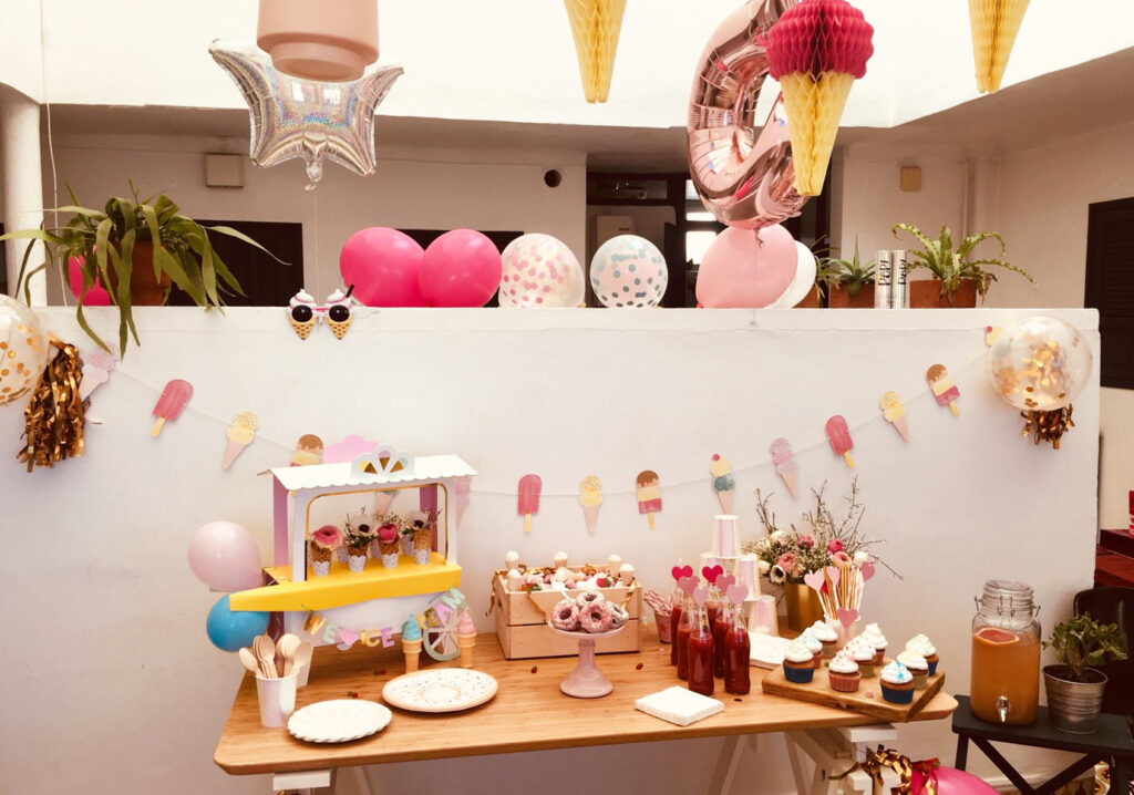 La table d'anniversaire ice cream party.