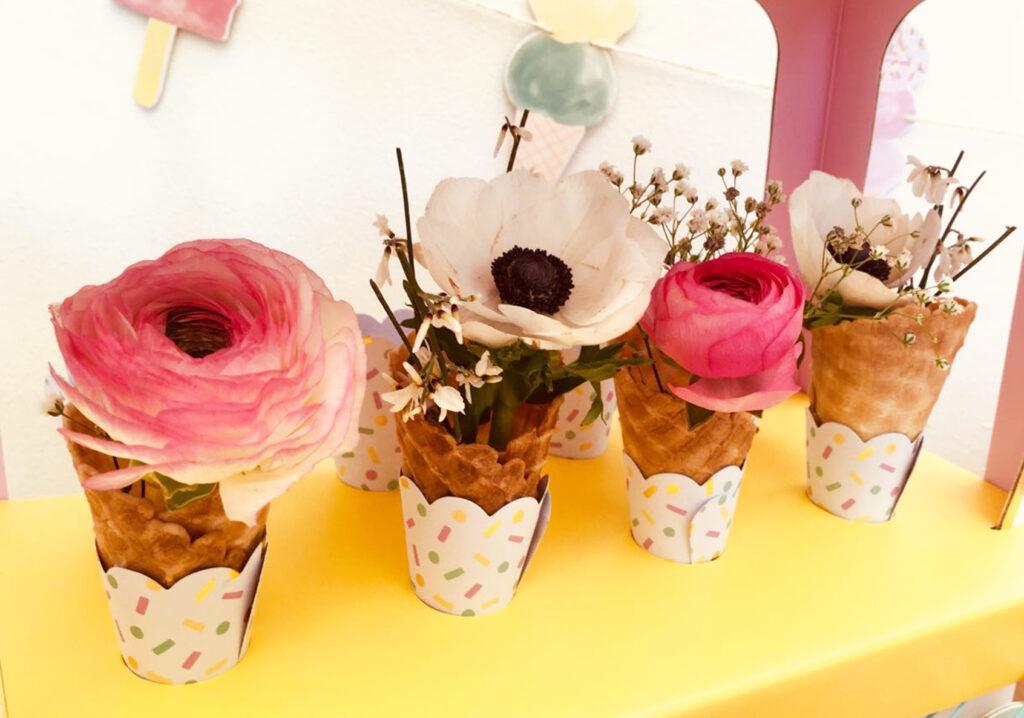Caissettes pour cupcakes décorées de cornets de glace et de fleurs.